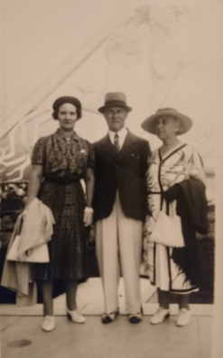 Arthur Roose (centre), presumably at the NYC World Fair, with his sister Helene Roose (right)